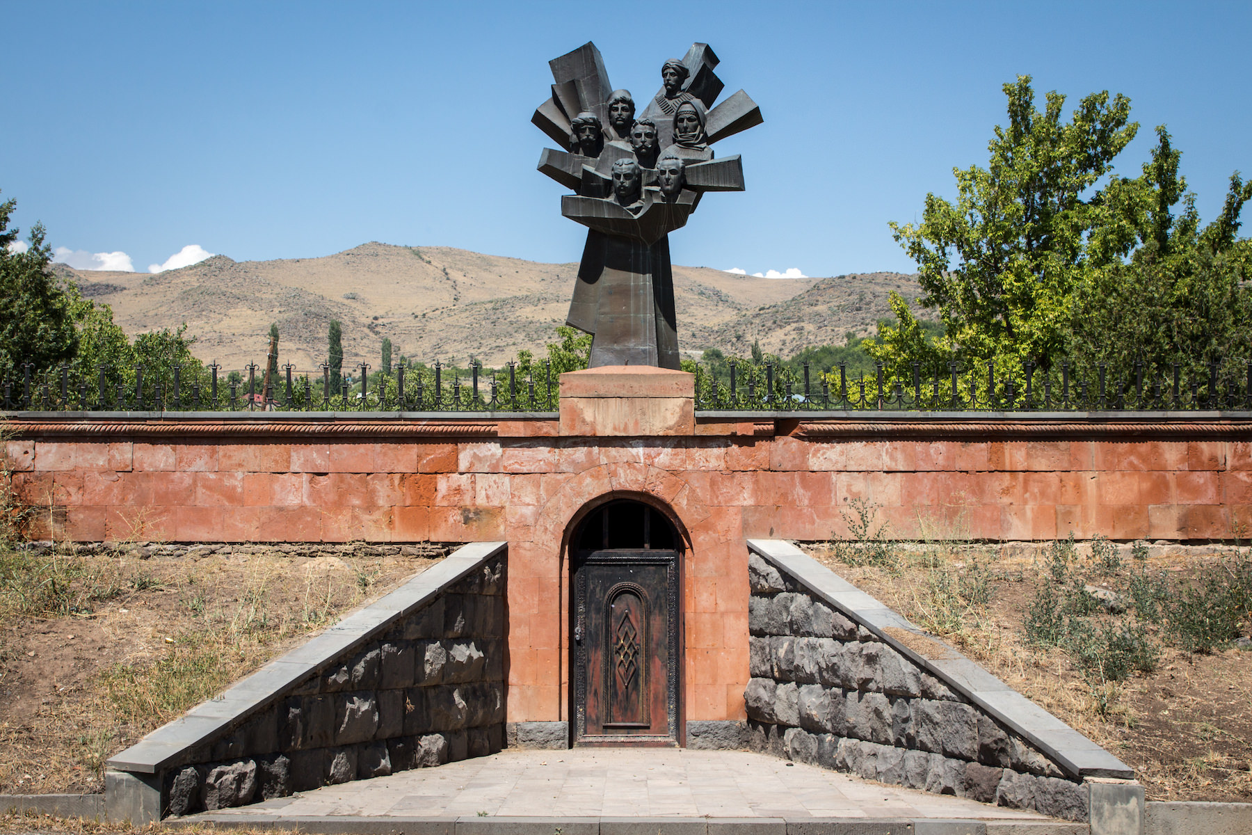 Memorial to the Seven Militiamen (Yuri Minasyan, 1989). Ujan, Armenia.